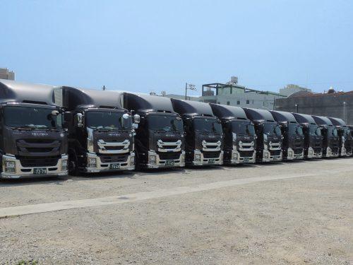 広い敷地に100台近くのトラックを所有しています。